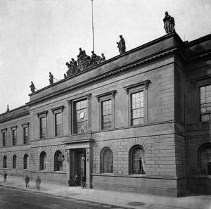 DasAkademiegebäudein Berlins Straße Unter den Linden um 1902.