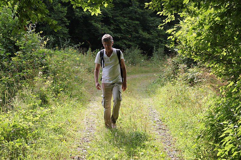 Barfuß wandern: Hier der Beweis: Auf dem nassen Gras läuft es sich besser als auf den Steinen