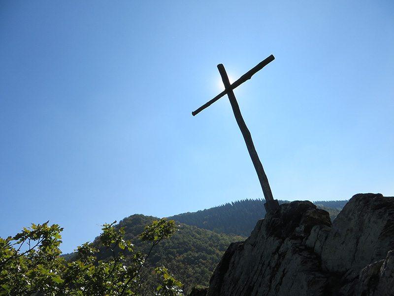 Ahrtal erleben: Unbarmherzig brennt die Sonne auf das karges Holzkreuz, das unseren dritten Gipfel markiert (Foto: Hans-Joachim Schneider)