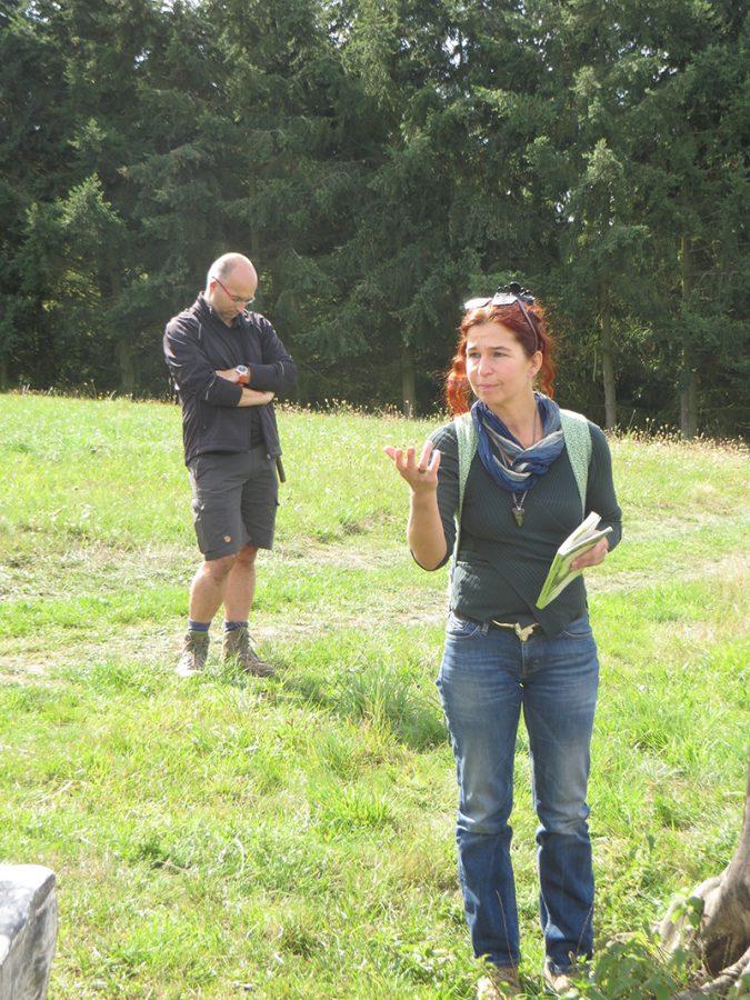 Hier steht ein Bild mit dem Titel: Die Pflanzenflüsterin erzählt. Ganz fasziniert lauscht Herr Biersch dem Vortrag (Foto: Hans-Joachim Schneider)