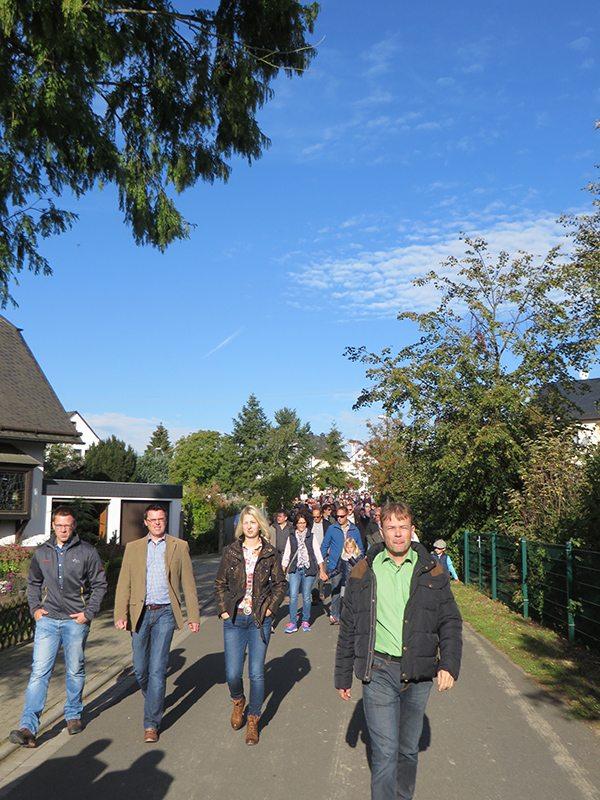 Entspannte freundlich lächelnde Gäste wandern im Sonnenschein zur Geierlay Hängebrücke (Foto: Hans-Joachim Schneider)