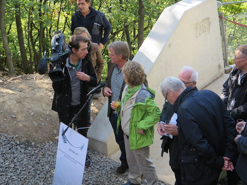 Die Honoratioren beraten sich vor dem Brückenkopf. Wer macht jetzt was? (Foto: Hans-Joachim Schneider)
