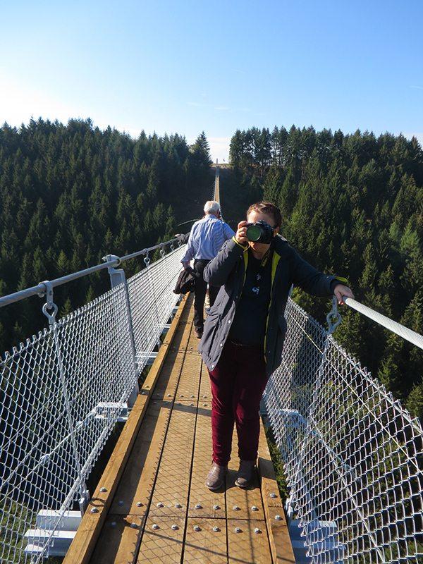Eine Kollegin von der Presse: Vorher noch ängstlich, jetzt steht sie plötzlich euphorisch auf der Brücke (Foto: Hans-Joachim Schneider)