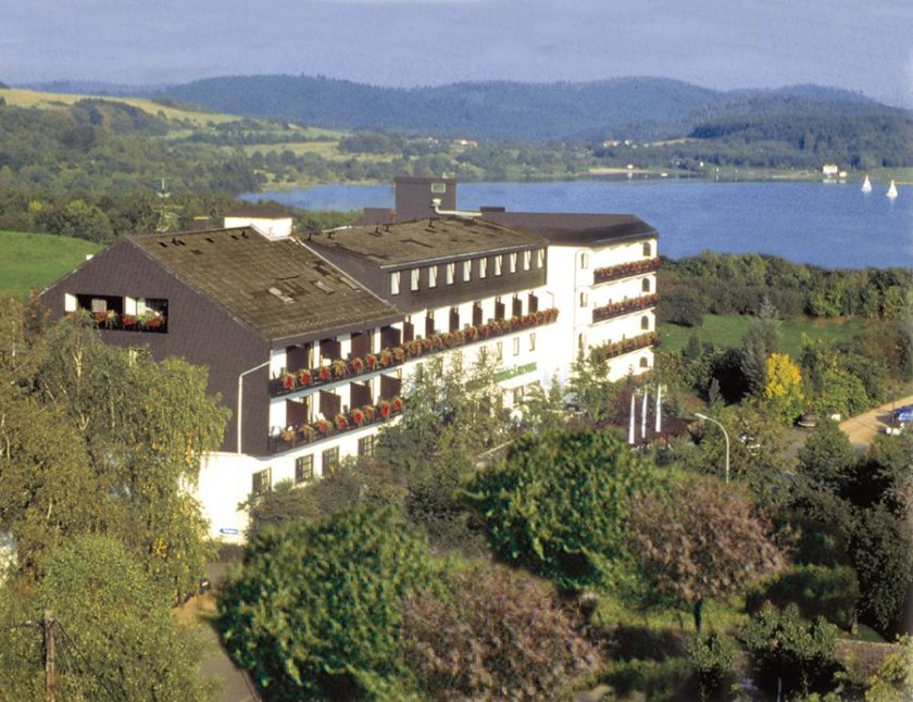 Hier steht ein Bild mit dem Titel: Und es gibt sie doch: Hotels im Saarland. Hier der schlagende Beweis: Victor's Seehotel Weingärtner am Bostalsee (Copyright Victor's Residenz-Hotels)