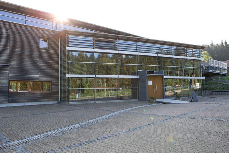 Hier steht ein Bild mit dem Titel: Wer hier ankommt, hat es geschafft: das Hunsrückhaus am Erbeskopf (Foto: Projektbüro Saar-Hunsrück-Steig)