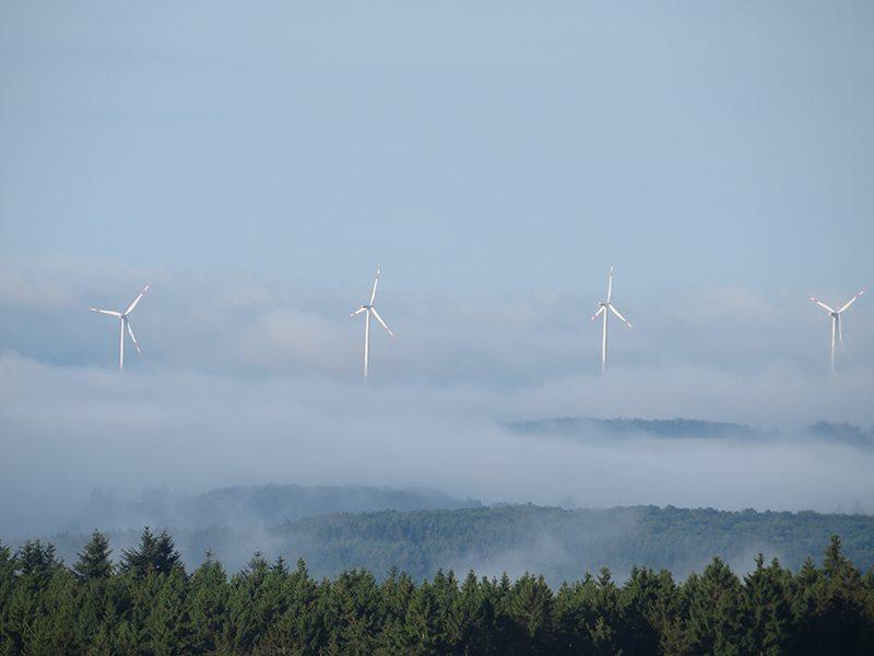 Windräder, ich glaube, der Hunsrücker braucht sie, damit ihm der Himmel nicht auf den Kopf fällt (Foto: Hans-Joachim Schneider)