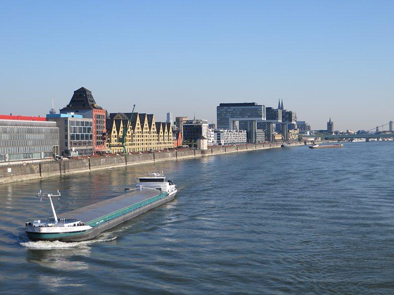 Hier steht ein Bild mit dem Titel: Rhein, Rheinbrücken, frühmorgens, Frühaufstehertour, Skaterplaza, Kranhäuser