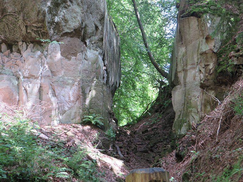 Schmaler Durchgang zwischen hohen Felswänden: Irgendwann muss ich diesen verzauberten Ort aber auch wieder verlassen (Foto: Hans-Joachim Schneider)
