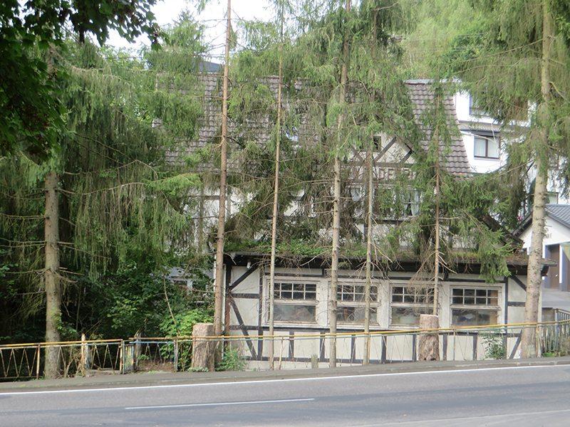 Hier steht ein Bild mit dem Titel: Altes verfallendes Haus am Westerwaldsteig: das Weltende muss nahe sein (Foto: Hans-Joachim Schneider)