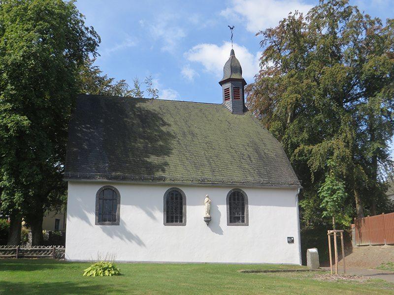 An der kleinen Waldkapelle (mitten in Kaisersesch) finde ich den ersten Hinweis auf den Zuweg Wilde Endert (Foto: Hans-Joachim Schneider)