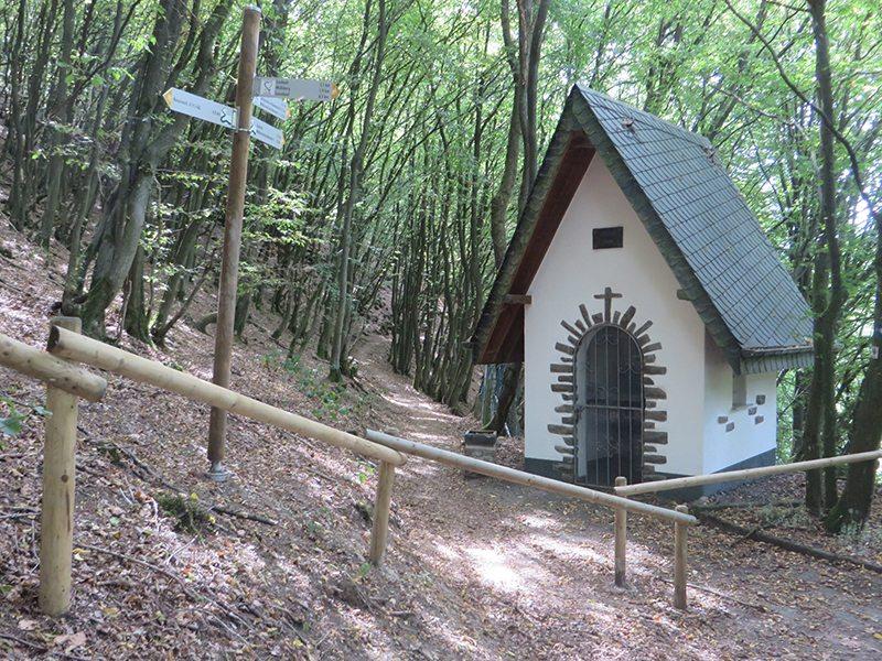 Eine kleine weiße Kapelle mitten im Wald: Ist sie es, die den Wald verzaubert