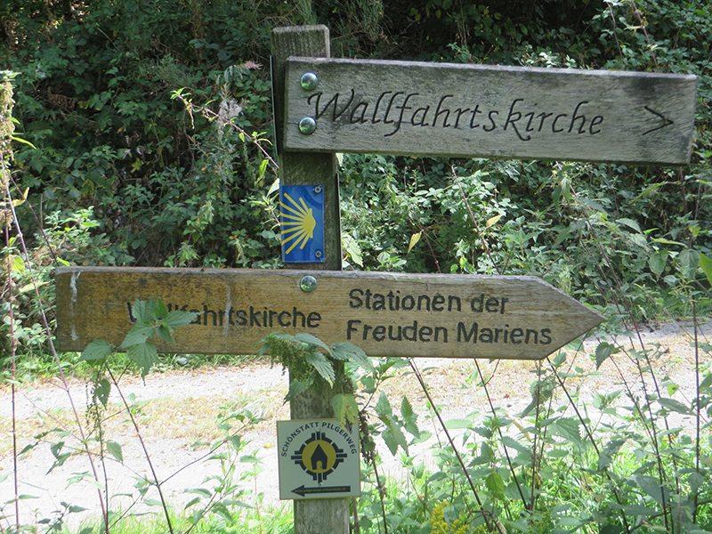 Was für eine Überraschung: Hinweisschild zum Stationenweg der Freuden Mariens
