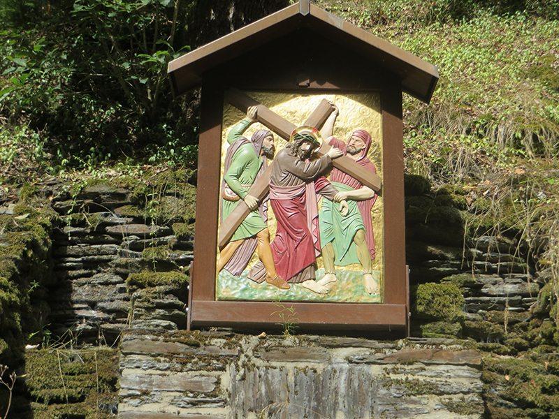 Hier steht ein Bild mit dem Titel: Von der Kirche zum Wasserfall begleiten die mich die Kreuzwegstationen (Foto: Hans-Joachim Schneider)