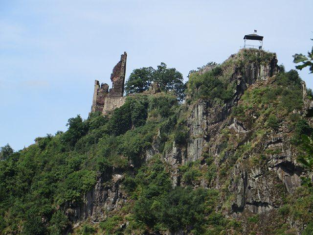 Blick zurück: Mächtig beeindruckend ruht die Ruine von Burg Are auf dem gegenüberliegenden Hügel