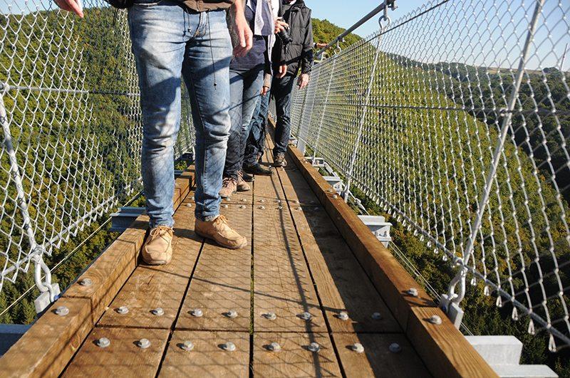 Hier steht ein Bild mit dem Titel: Auf dem Bild nicht gerade beim Bloggerwandern, aber auch auf der Geierley-Hängebrücke tun sie ihren Dienst, meine (Wander-)Straßenschuhe (Foto: Britta Verhaag)