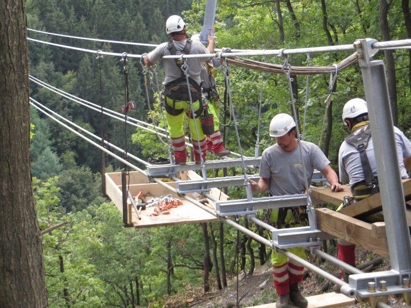Ein Montageteam einer Schweizer Spezailfirma montiert die Bodenträger auf der Mörsdorfer Seite derGeierlay-Brücke