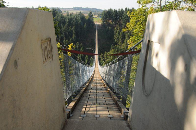 Das rote Band versperrt noch den Weg auf die Geierlay-Hängeseilbrücke