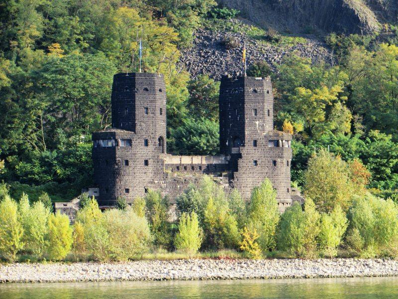 Trutzig und dunkel: Der mächtige fast schwarze Brückenkopf auf der Erpeler Seite steht verlassen aber trutzig an seinem Platz