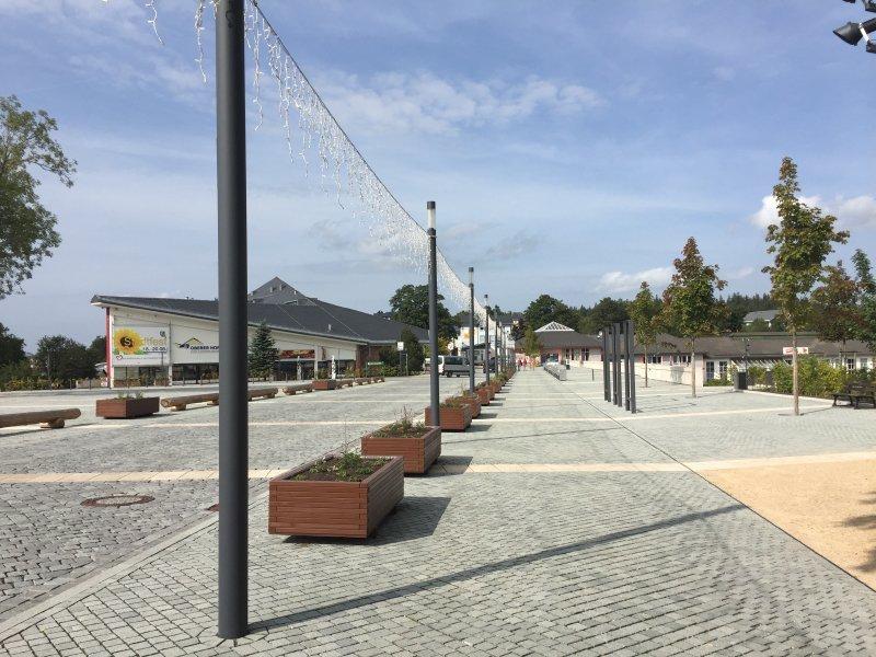 Weiter Platz, modern, Laternen, Klagemauer, Oberhof, Blumenkübel