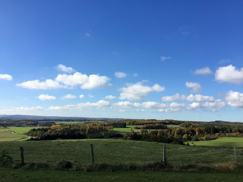 Weite, blauer Himmel, Feld, Wald, Wolken, Flur.
