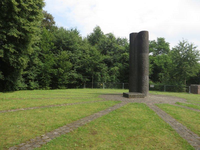 Stele, Platz, Rheinburgenweg, Rittersprung: Diese Stele markiert den Rittersturz, geschichtsträchtiger Ort am Rheinburgenweg