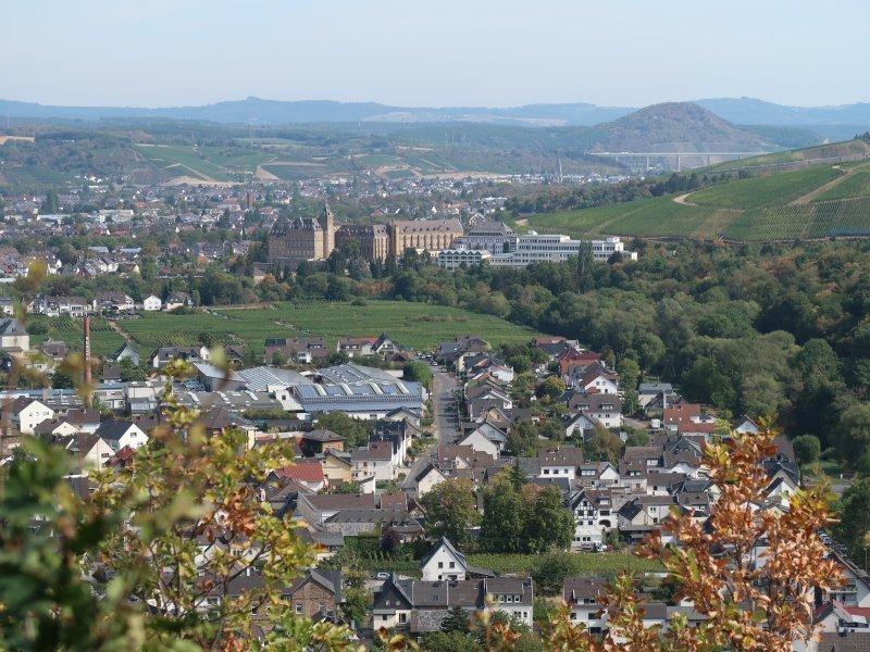 Blick von der Katzlei über Ahrweiler mit Kloster Calvarienberg, im Hintergrund die Hügel des Westerwaldes
