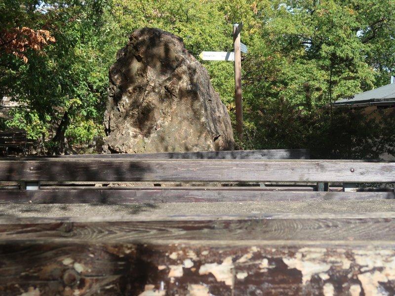 Kein Wanderer sitzt auf den Bänken am Krausberg. Wochentags ist hier kein großer Wandertag