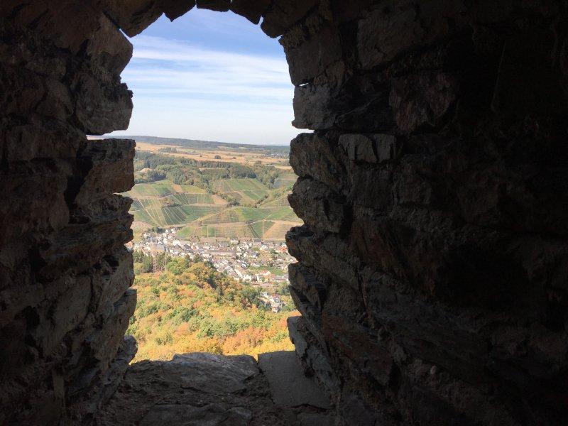 Nur die erste von mehreren Scharten im Turm - herrlicher Ausblick auf Derna