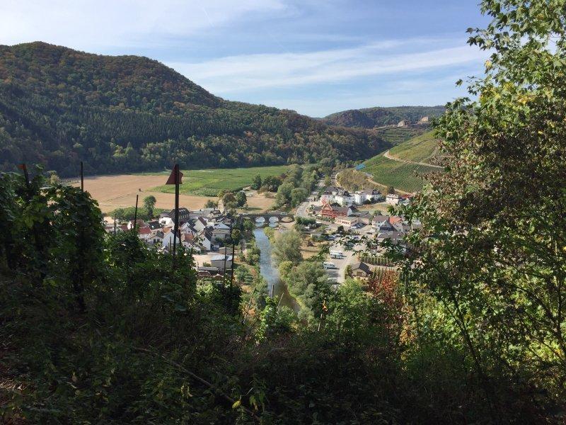 Dann öffnet sich der Blick plötzlich auf das im Tal gelegene Weinörtchen Rech