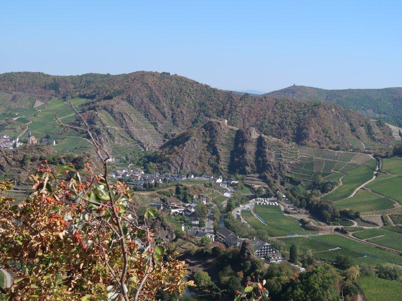 Blick ins Tal auf Mayschoß, seine faszinierenden Umlaufberge, die ebenfalls mit Weinreben bestockt sind