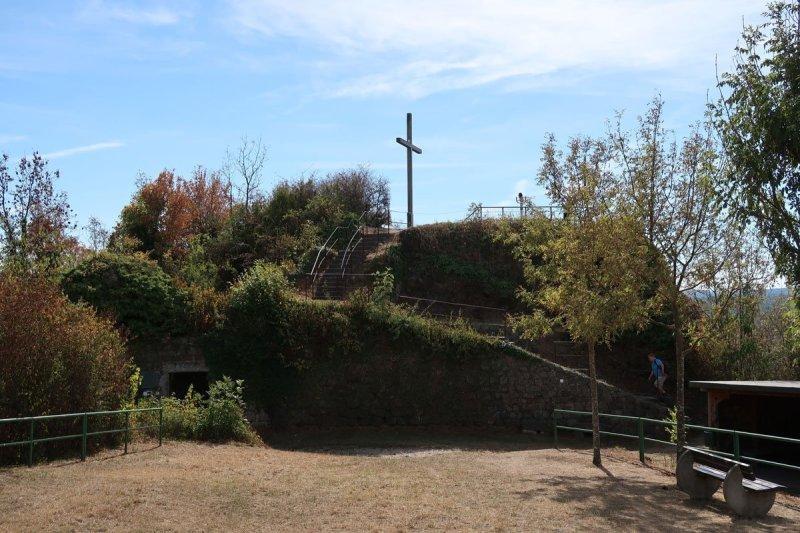 Gipfelglück erleben: Gipfelkreuz vor blauem Himmel