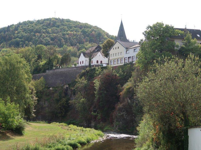 Blick von der Ahrbrücke hinauf zur Kirche und das direkt unterhalb befindliche Gasthaus Hotel zur Linde
