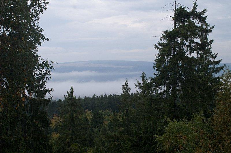Blick vom Aussichtsturm auf der Wildenburg: Nebelbänke, Nebelschwaden – verhüllen die Dörfer auf der Hochfläche (Foto: H.-J. Schneider)