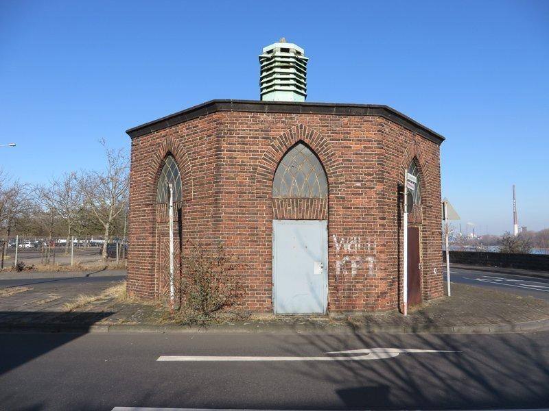 kleines Backsteinhaus mitten auf der Kreuzung. Funktion unbekannt.