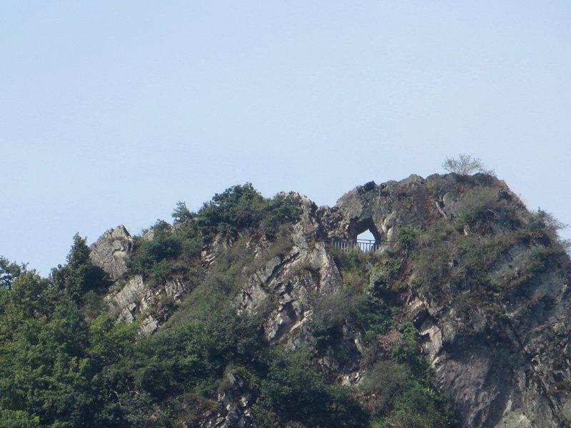 Eine Felskuppe, ein Loch, ein Durchbruch im Fels, das ist das Teufelsloch, ein Highlight bei der Gruppenwanderung an der Ahr