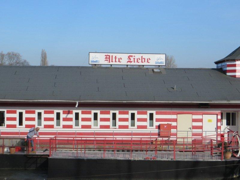 Traditionell in Rot-Weiß: das Restaurantschiff Alte Liebe, ein bekanntes Rodenkirchener Wahrzeichen.