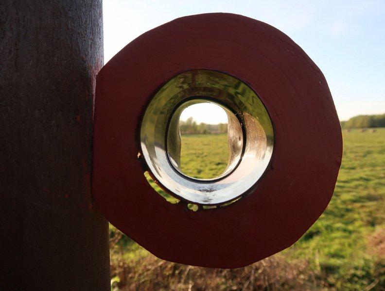 Ein Rohr – fast wie ein Schalltrichter, der Blick fällt auf die Weiden im Himmelmoor