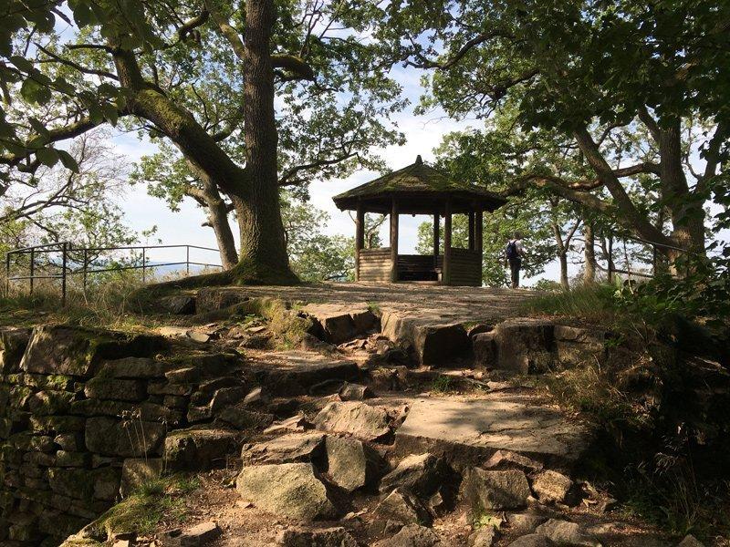 Schutzhütte unter grünen Eichen auf einem der vielen Felsplateaus