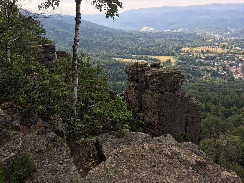 Felsplateau, eine Felsnadel, und von allen Felsen blickt man hinunter auf Baden-Baden