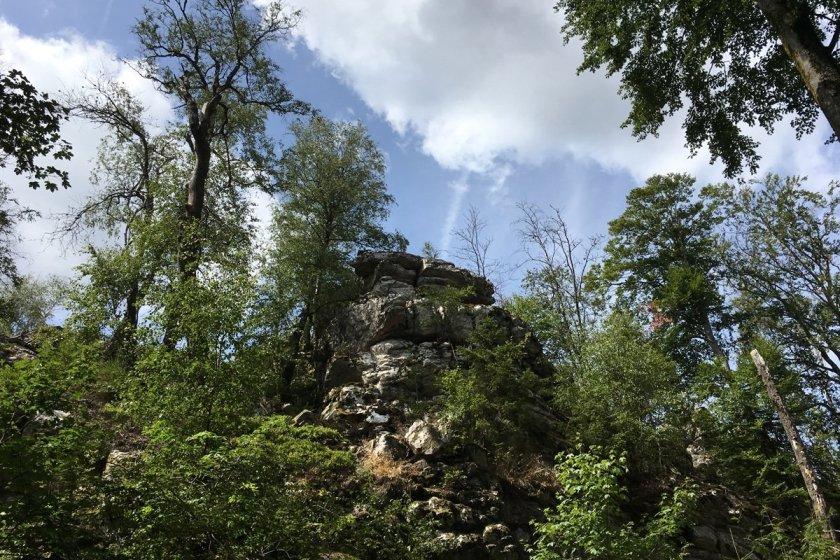 Felsen zum Klettern, Grüne Bäume, blauer HImmel, dramatische Wolken