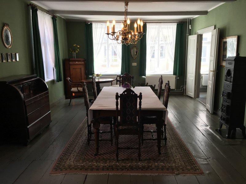 Großer Raum mit den originalen Tischen und Stühlen aus der Zeit Theodor Storms