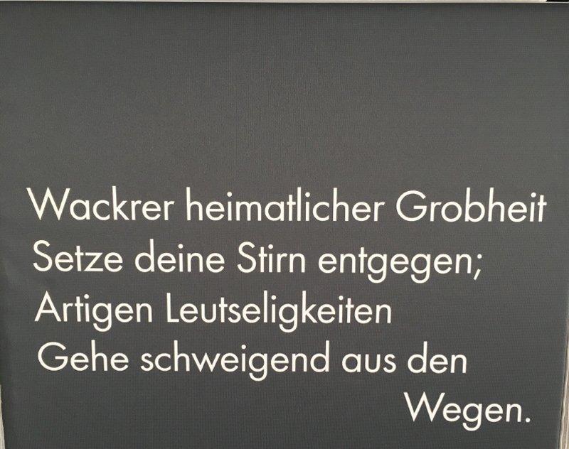 Vers aus Theodor-Storm Werk auf einem Stoff-Display
