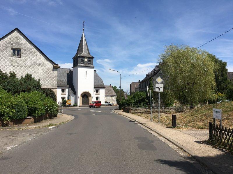 Hauptstraße, die Kirche von Kempfel