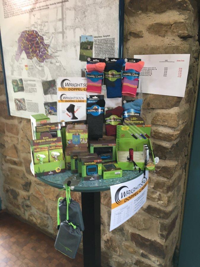 Display mit Wandersocken im Kiosk am Wildgehege