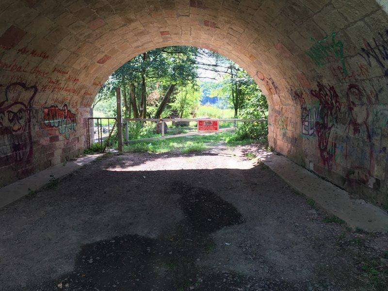 Noch ein Viadukt, nicht mehr so romantisch, mit Grafiti und einer Wasserlache