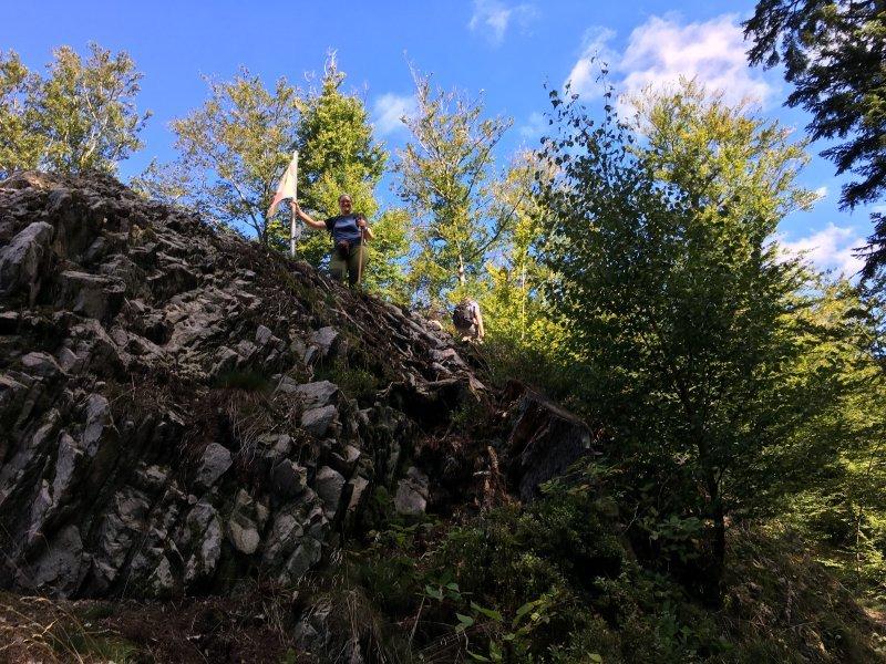 Zwei Wanderer sind oben auf dem Paradiesfelsen am Rande des Himmelssteigs zu erkennen.