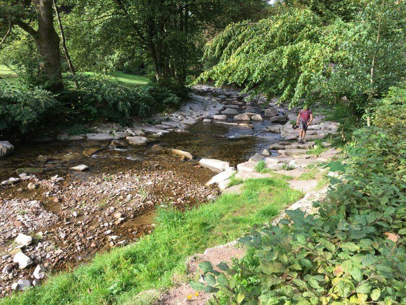 Die Wanderung auf dem Schwarzwaldsteig beginnt im Flussbett der Rench. Über große Felsbrocken ist der Weg im Bachbett einfach zu gehen.