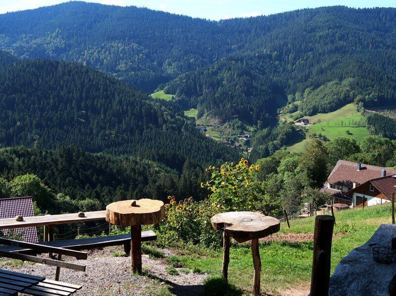 Ein paar roh zusammengezimmerte Holztische, ebensolche Bänke und ein herrlicher Blick vom Himmelssteig auf das Schwarzwaldpanorama