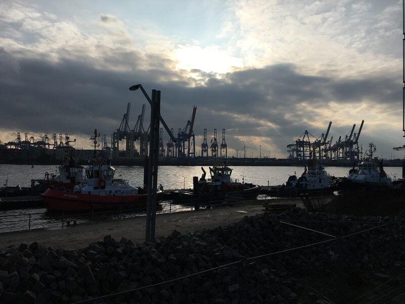Hafenbarkassen im dunklen Licht der Novembersonne
