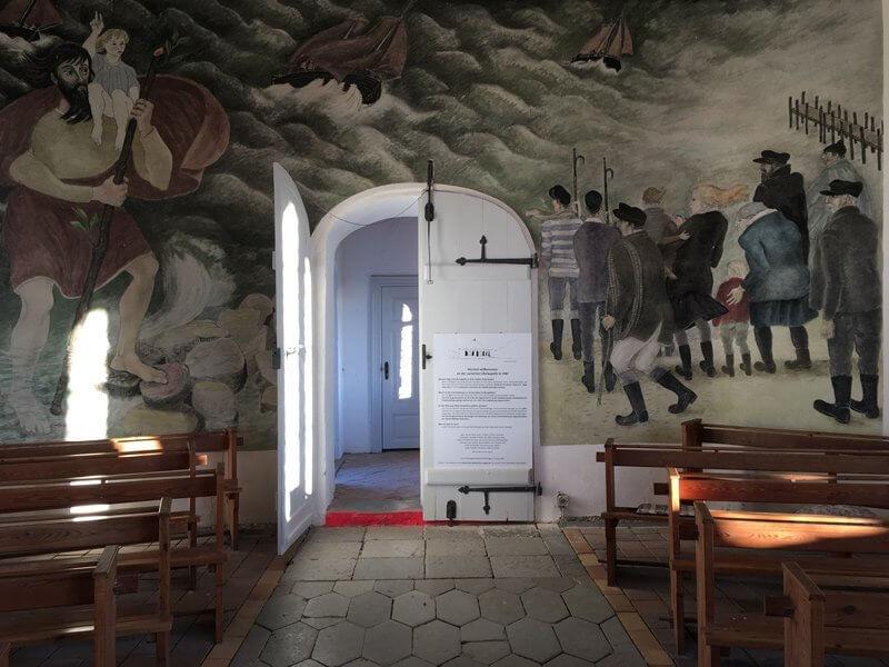 Innenansicht der Kirche von Vitt. Ein Wandgemälde zeigt Fischer auf dem Weg zur Rettung eines Schiffes aus Seenot